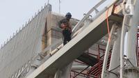 Pekerja melakukan pengerjaan penyelesaian salah satu Stasiun LRT di Jalan HR Rasuna Said, Jakarta, Kamis (25/6/2020). Pada tahun 2020, Kementerian Pekerjaan Umum dan Perumahan Rakyat (PUPR) menargetkan sertifikasi kepada 113.900 orang tenaga kerja konstruksi. (Liputan6.com/Helmi Fithriansyah)