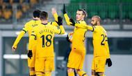 Penyerang Tottenham Hotspur, Gareth Bale, merayakan gol yang dicetaknya ke gawang LASK pada laga lanjutan Liga Europa di Linzer Stadium, Jumat (4/12/2020) dini hari WIB. Tottenham bermain imbang 3-3 lawan LASK. (AFP/Georg Hochmuth/APA)