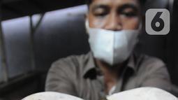 Peternak menunjukkan lintah rawa (Hirudinaria Manillensis) di pengobatan mutahir adopsi zaman kuno di Bedahan Depok, Jawa Barat, Senin (1/3/2021). Dalam sebulan peternak mampu meraih  rata-rata pendapatan  Rp 20 juta/bulan. (merdeka.com/Arie Basuki)