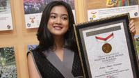 Latisa Shafa Naraswari menerima penghargaan dari MURI. (Istimewa)