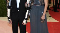 Zayn malik tampak berbisik ke Gigi Hadid saat menghadiri ajang Met Gala 2016 di Metropolitan Museum of Art, New York, Senin (2/5). Pasangan ini terlihat begitu serasi dengan Gigi yang tampak cantik dalam balutan gaun biru berkilauan (TIMOTHY A. Clary/AFP)