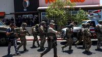 Barisan petugas keamanan melakukan pengamanan pasca insiden penembakan di El Paso, yang menewaskan 20 orang (AFP Photo)