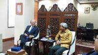 Direktur Jenderal IAEA Yukia Amano (kiri) bersama Wakil Menteri Luar Negeri RI Abdurrahman M Fachir (kanan) di Kemlu RI Jakarta (5/2/2018). (Liputan6.com/Rizki Akbar Hasan)