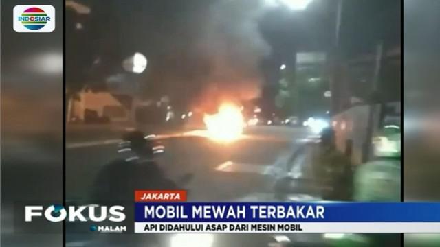 Saat tiba di lampu merah mobil mengeluarkan asap dari bagian mesin, diduga api muncul akibat korsleting arus listrik pada bagian mesin.