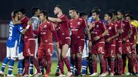 Para pemain Persija Jakarta bersalaman dengan pemain Persib Bandung usai laga Liga 1 di Stadion PTIK, Jakarta, Sabtu (30/6/2018). Persija menang 1-0 atas Persib. (Bola.com/Vitalis Yogi Trisna)