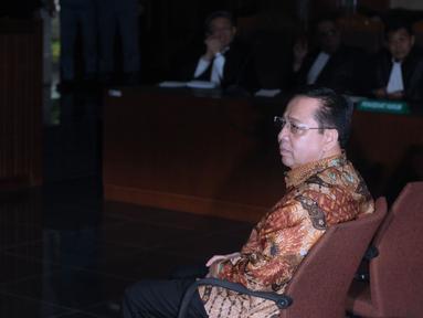Terdakwa korupsi proyek e-KTP, Setya Novanto bersiap mengikuti sidang pembacaan putusan di Pengadilan Tipikor, Jakarta, Selasa (24/4). Sebelumnya, Setya Novanto dituntut 16 tahun penjara dan denda satu milyar rupiah. (Liputan6.com/Helmi Fithriansyah)