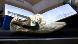 Sepatu Nike buatan tangan Moon Shoe yang merupakan hasil rancangan salah seorang pendiri Nike, Bill Bowerman, pada tahun 1972 dipajang di rumah lelang Sotheby, New York pada 12 Juli 2019. Rumah lelang tersebut mengadakan lelang sneaker langka untuk pertama kalinya. (AP Photo/Ted Shaffrey)