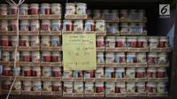 Barang bukti produk kedaluwarsa di sebuah gudang di Jalan Kalianyar I, Jembatan Besi, Tambora, Jakarta Barat, Selasa (20/3). Produk berbagai jenis tersebut dikemas ulang dengan kode masa kedaluwarsanya menjadi baru. (Liputan6.com/Arya Manggala)