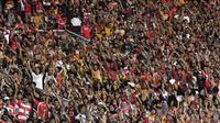 Suporter Persija, The Jakmania, membentuk koreografi memberikan dukungan saat melawan Persela pada laga Liga 1 di SUGBK, Jakarta, Selasa (20/11). Persija menang 3-0 atas Persela. (Bola.com/Vitalis Yogi Trisna)