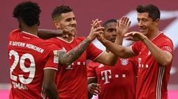 Pemain Bayern Munchen merayakan gol yang dicetak Robert Lewandowski ke gawang Eintracht Frankfurt pada laga lanjutan Liga Jerman di Allianz Arena, Sabtu (24/10/2020) malam WIB. Bayern Munchen menang 5-0 atas Eintracht Frankfurt. (AFP/Christof Stache/various sources)