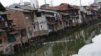 Pemukiman kumuh berjajar di kawasan Roxi, Jakarta, Jumat (30/12). Badan Pusat Statistik (BPS) DKI menyatakan angka kemiskinan DKI Jakarta pada Maret 2016 sebesar 3,75 persen atau 384.000 orang. (Liputan6.com/Immanuel Antonius)