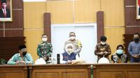 Pertemuan Gubernur Jatim Khofifah Indar Parawansa dengan tiga kepala daerah membahas PSBB pada Minggu (19/4/2020) (Foto: Liputan6.com/Dian Kurniawan)