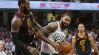 Aksi pemain Boston Celtics, Marcus Morris mencoba melewati adangan pemain Cavaliers, LeBron James pada gim keenam final wilayah timur NBA basketball di Quicken Loans Arena, (25/5/2018). Cavaliers menang 109-99. (AP/Ron Schwane)