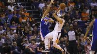 Pemain Suns Ricky Rubio (putih) melepaskan tembakan saat melawan Sixers di lanjutan NBA (AP)
