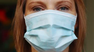 Gambar Ilustrasi Wanita Menggunakan Masker Medis