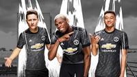 Perusahaan perlengkapan olahraga Adidas baru saja mengumumkan kostum terbaru Manchester United (MU) untuk musim 2017/2018. (manutd.com)