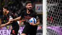 Striker AC Milan, Olivier Giroud, merayakan gol ke gawang Hellas Verona pada laga pekan kedelapan Serie A di San Siro, Minggu (17/10/2021) dini hari WIB. Milan pun menang 3-2 atas Verona. (AFP/Marco Bertorello)