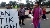 Aksi damai memperingati hari buruh internasional di Purwokerto diwarnai pembacaan puisi dan aksi teatrikal. (Foto: Liputan6.com/Muhamad Ridlo)