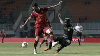 Bek Borneo FC, Javlon Guseynov, berebut bola dengan gelandang Tira Persikabo, Parfait Essengue, pada laga Shopee Liga 1 di Stadion Pakansari, Bogor, Minggu (1/9). Borneo tahan imbang 2-2 Tira Persikabo. (Bola.com/Yoppy Renato)