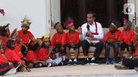 Presiden Joko Widodo atau Jokowi bercengkerama dengan perwakilan anak-anak sekolah dasar dari Papua di Istana Merdeka, Jakarta, Jumat (11/10/2019). Perwakilan anak-anak sekolah dasar dari Papua tersebut akan diajak jalan-jalan keliling Jakarta didampingi oleh staf Istana. (Liputan6.com/Angga Yuniar)