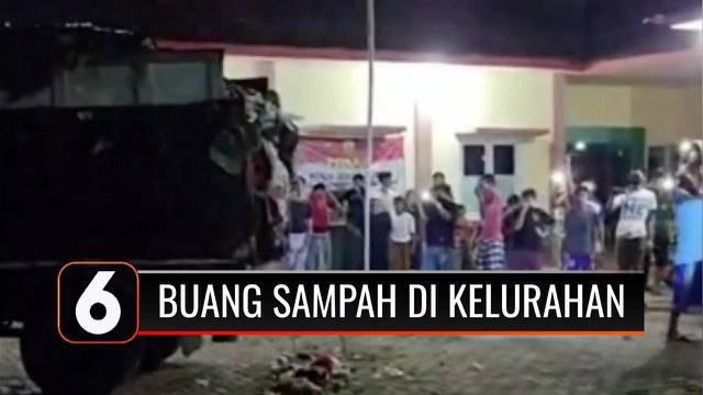 Geram dengan truk sampah yang kembali beroperasi, ratusan warga Kelurahan Cilowong, Serang, Banten, mencegat truk sampah yang hendak membuang sampah ke wilayah mereka.
