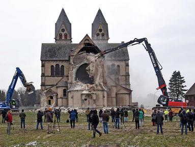 Suasana pembokaran Gereja St. Lambertus yang terletak di Desa Immerath, Jerman (8/1). Pembongkaran dilakukan untuk perluasan pertambangan batubara, penghasil energi listrik. (AFP Photo/Henning Kaiser)