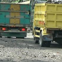 Jalur evakuasi Merapi di Kabupaten Klaten rusak parah. Jalur semakin rusak karena menjadi perlintasan truk pengangkut pasir