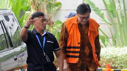 Direktur Operasional Lippo Group Billy Sindoro (kanan) tiba di Gedung KPK, Jakarta, Senin (6/11). Billy memakai rompi tahanan dan dikawal petugas. (Merdeka.com/Dwi Narwoko)
