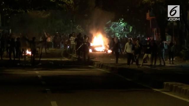 2 kelompok suporter sepakbola terlibat tawuran di Jalan Ciledug Raya, akibatnya arus lalu lintas terganggu