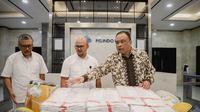 Direktur SDM Pelindo III (kanan) memberikan simbolis bantuan APD kepada Direktur Utama PHC.