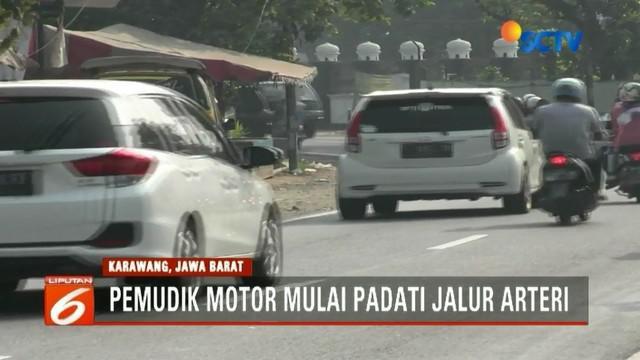 Pemudik motor padati lalu lintas arteri Karawang, Jawa Barat. Kendaraan hanya bisa melaju dengan kecepatan maksimal 40 kilometer per jam.
