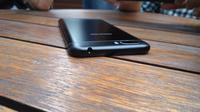 Sisi atas smartphone kamera ganda Genpro X Pro (Liputan6.com/ Agustin Setyo W)