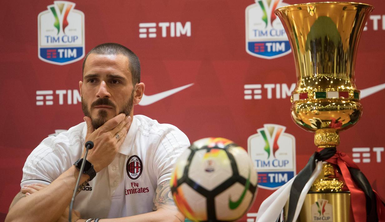 Kapten AC Milan Leonardo Bonucci memberi keterangan saat konferensi pers di stadion Olimpico, Roma, Italia, (8/5). AC Milan akan berhadapan dengan Juventus pada final Coppa Italia, Kamis (10/5/2018) dini hari WIB. (AP Photo/Maurizio Brambatti)