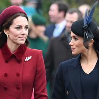 Duchess of Cambridge, Kate Middleton dan Duchess of Sussex, Meghan Markle berbincang saat menghadiri perayaan Natal kerajaan di Gereja St Mary Magdalene di Sandringham, Inggris (25/12). Keduanya tampil cantik mengenakan gaun. (AFP Photo/Paul Ellis)