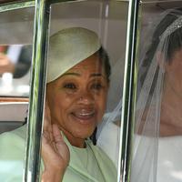 Meghan Markle (kanan) dan ibunya, Doria Ragland, tiba untuk melangsungkan upacara pernikahan dengan Pangeran Harry di St George's Chapel, Kastil Windsor, Windsor, Inggris, Sabtu (19/5). (Oli SCARFF/AFP)