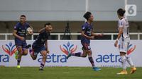 Bek Persita Tangerang, Moh. Edo Febriansyah (kanan kedua) merayakan gol penyeimbang 1-1 saat laga pekan keempat BRI Liga 1 2021/2022 antara Persita Tangerang melawan Bali United di Stadion Pakansari, Bogor, Jumat (24/09/2021) WIB. (Bola.com/Bagaskara Lazuardi)
