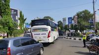 Penerapan sistem satu arah selama empat hari dari Tol Cipali hingga Brebes menyebabkan kemacetan di jalur arteri pantura Cirebon. Foto (Liputan6.com / Panji Prayitno)
