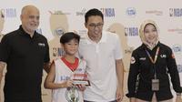 Presiden Dikrektur Emtek, Alvin W. Sariaatmadja, foto bersama saat acara penyerahan penghargaan Junior NBA di Pluit Village Mall, Minggu (29/7/2018). 16 anak terpilih menjadi Jr NBA Indonesia All-Star 2018. (Bola.com/M Iqbal Ichsan)