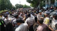 Sekelompok massa Aliansi Mahasiswa Papua (AMP) Komite Kota Malang terlibat bentrok dengan warga. (Liputan6.com/Zainul Arifin)