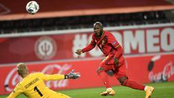 Penyerang Belgia, Romelu Lukaku, berusaha mencetak gol ke gawang Denmark pada laga lanjutan UEFA Nations League di Stadion Den Dreef, Kamis (19/11/2020) dini hari WIB. Belgia menang 4-2 atas Denmark. (AFP/John Thys)