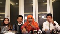 Menteri Sosial Khofifah Indar Parawansa (kedua kanan) memberikan keterangan mengenai 99 anak laki-laki yang dijual AR (41) ke komunitas gay di Jakarta, Rabu (31/8). (Liputan6.com/Johan Tallo)