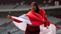 Pelari Indonesia, Tiarani Karisma Evi melakukan selebrasi usai meraih medali emas Asian Para Games cabang atletik nomor lari 100 meter T42 / T63 di SUGBK, Jakarta, Rabu (10/10). Evi mencatatkan waktu 14,98 detik. (Bola.com/Vitalis Yogi Trisna)