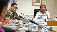 Kemenpora Zainudin Amali (kanan) dan Ketua Umum PSSI Mochamad Iriawan (kiri) melakukan rapat kerjasama dalam rangka persiapan Piala Dunia U-20 tahun 2020. (Dok. Menpora)