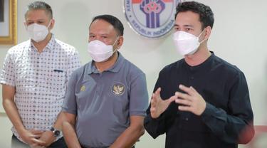 Menpora Zainudin Amali (tengah) bersama Wakil Ketua PSSI, Iwan Budianto (kiri) dan pemain Selebritis FC, Raffi Ahmad.