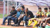 Bambang Suryo (kedua dari kanan) saat mendampingi timnya Persekam Metro FC saat melawat ke markas Persik Kediri dalam lanjutan Liga 3 2018 di Stadion Brawijaya Kota Kediri, Kamis (29/11/2018). (Bola.com/Gatot Susetyo)