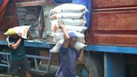 Operasi pasar tak mampu menurunkan harga beras. Warga miskin andalkan raskin. (Foto: Liputan6.com/Muhamad Ridlo)