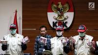 Penyidik KPK menunjukkan barang bukti total Rp 3.369.531.000, SGD 23.100, dan USD 3.200 pers terkait dugaan suap Pejabat Kementerian PUPR yang melibatkan 21 orang di Gedung KPK, Jakarta, Minggu (30/12) dini hari. (Liputan6.com/Johan Tallo)