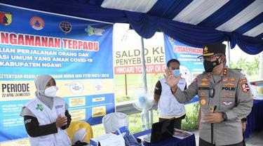 Kepala Korps Lalu Lintas (Kakorlantas) Polri Irjen Pol Istiono saat meninjau sejumlah lokasi di kawasan Mantingan, Kabupaten Ngawi, Jawa Timur.