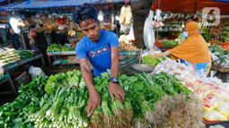 Pedagang menata sayuran dagangannya di Pasar Lembang, Tangerang, Banten, Selasa (4/5/2021). Masyarakat tidak perlu khawatir soal ketersediaan pasokan pangan cukup sepanjang bulan suci Ramadhan dan Idul Fitri. (Liputan6.com/Angga Yuniar)