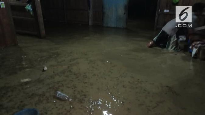 Seorang warga mencoba menyelamatkan perabot rumah tangga dari rendaman air banjir sungai Lusi. (Foto : Liputan6.com / felek wahyu)